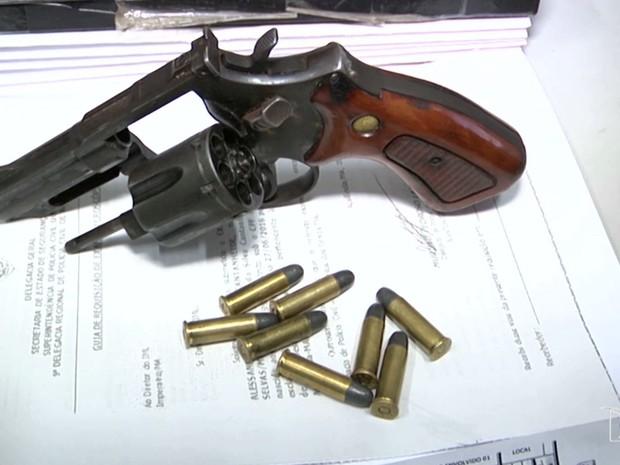 Policiais encontraram com os suspeitos um revólver e munição (Foto: Reprodução/TV Mirante)