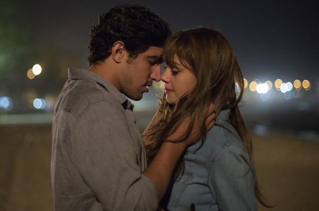 Renato (Renato Góes) e Alice (Sophie Charlotte) em 'Os dias eram assim' (Foto: TV Globo)