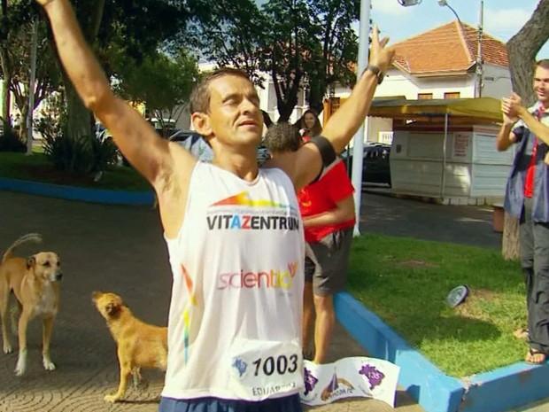 Atleta de Santa Rita do Sapucaí é bi-campeão de ultramaratona (Foto: Reprodução EPTV / Edson de Oliveira)