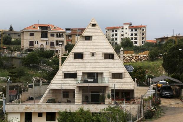 Casa em forma de pirâmide na cidade de Miziara, no Líbano (Foto: Aziz Taher/Reuters)