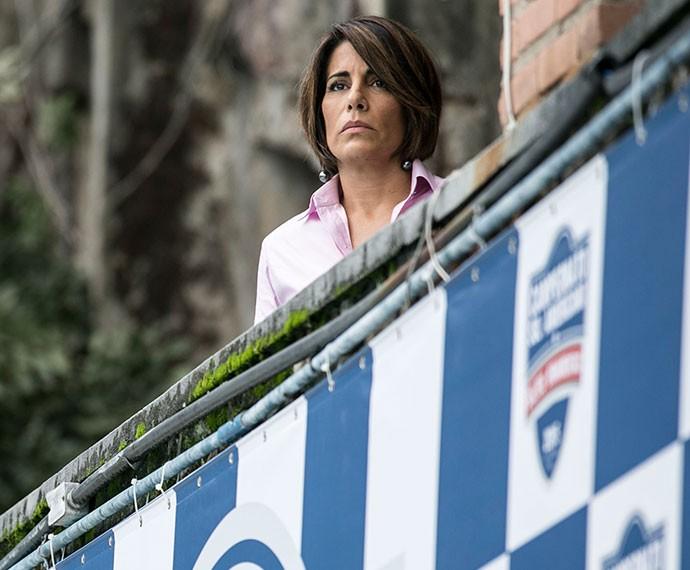 Escondida de todos, Beatriz observa o amado (Foto: Inácio Moraes/Gshow)