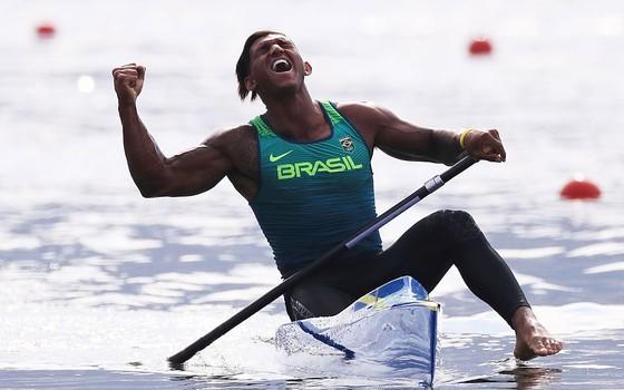 O atleta  Isaquias Queiroz dos Santos comemora após conquistar medalha de prata na Rio 2016 (Foto: Tom Pennington/Getty Images)