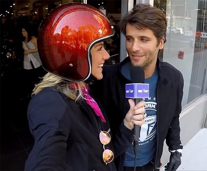 Giovanna Ewbank e Bruno Gagliasso passeiam juntos de moto (Foto: Vídeo Show / Gshow)