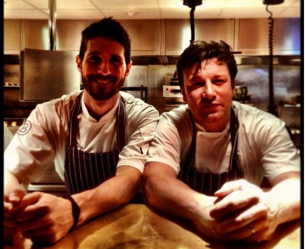 O chef e apresentador Jamie Oliver com um dos cozinheiros de sua rede de churrascarias em Londres (Foto: Instagram)