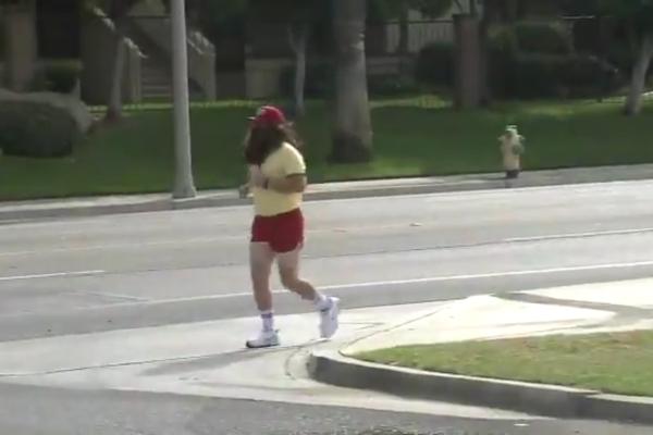 Um flagrante do fã de Forrest Gump (1994) em sua maratona pelo estado da Califórnia (Foto: Twitter)