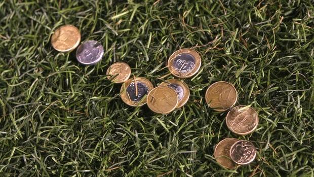 Torcida taca moeda no Ganso (Foto: Alex Silva / Agência Estado)