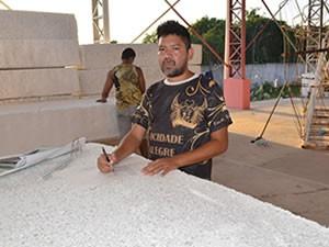 Estevão Gomes, 32 anos, pela primeira vez trabalhando com alegorias no Sairé (Foto: Adonias Silva/G1)