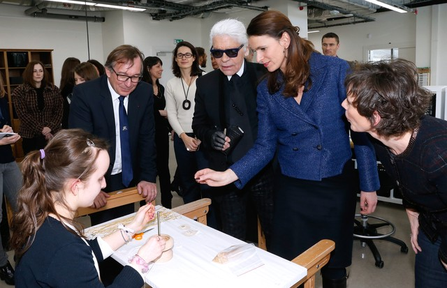 PARIS, FRANCE - FEBRUARY 07:  (EDITORS NOTE: This image has been retouched) (L-R) President of Fashion Activities at Chanel Bruno Pavlovsky, Fashion designer Karl Lagerfeld, French Culture Minister Aurelie Filippetti and Public Relation crafts at Chanel N (Foto: Getty Images)
