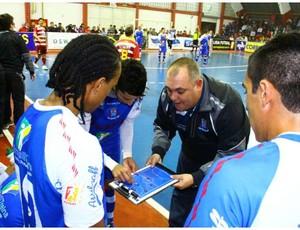 Fernando Cabral com prancheta no Suzano Futsal (Foto: Divulgação)