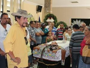 Visitantes foram dar o adeus ao radialista Carlos Augusto (Foto: Amanda Franco/ G1)