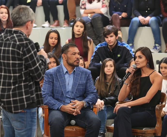 Serginho entrevista Minotauro e sua namorada Nathalia Pinheiro (Foto: Carol Caminha/Gshow)