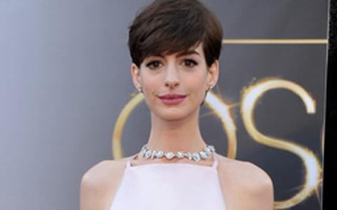 No Oscar 2013, Anne Hathaway investe no decote