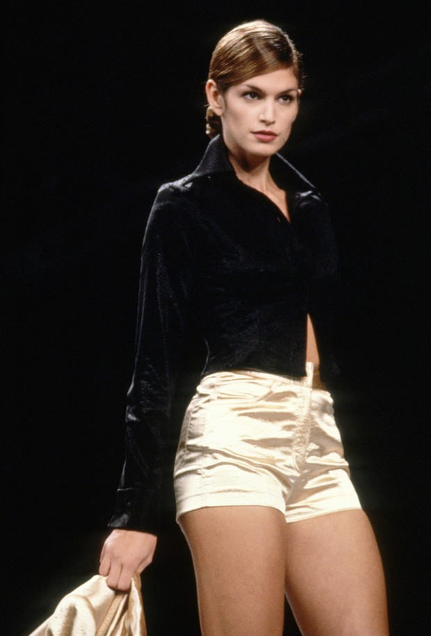 Cindy Crawford non desfile de Todd Oldham, em Nova York, 1994 (Foto: Getty Images)