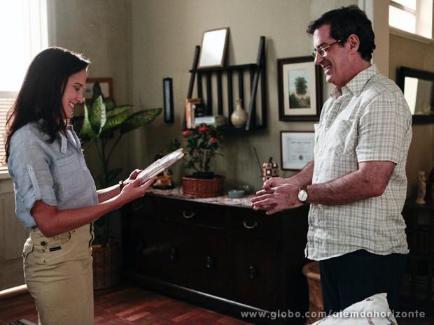Sandra fica toda feliz com presente inesperado de Osvaldo (Foto: Pedro Curi/TV Globo)