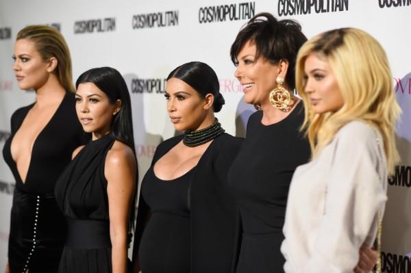 Khloe Kardashian, Kourtney Kardashian, Kim Kardashian, Kris Jenner e Kylie Jenner durante um evento em Hollywood (Foto: Getty Images)