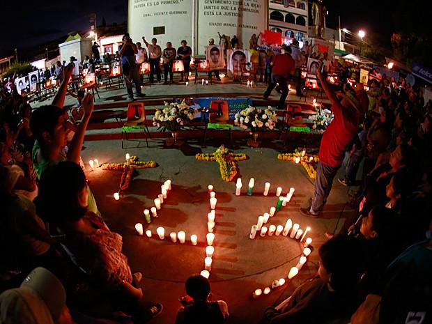 Velas foram usadas para formar o número 43 durante a manifestação em Tixtla, no México, neste sábado (15) (Foto: Jorge Dan Lopez/Reuters)