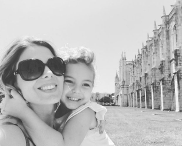 Sheila Mello e a filha, Brenda em Portugal (Foto: Reprodução)