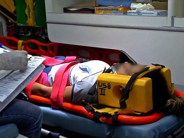 Jovem foi encaminhada para o hospital com ferimentos leves (Foto: Reprodução/TVCA)
