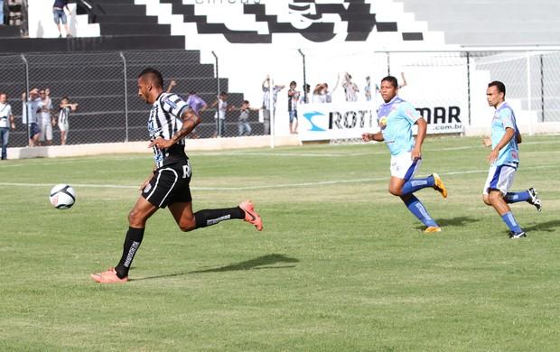 Tiago Chulapa, do Treze, em jogo contra o Atlético-PB (Foto: Magnus Menezes / Jornal da Paraíba)
