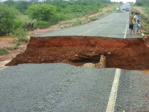 Trecho rompeu na PI-459 após chuvas neste domingo (24) (Foto: Amilton Joaquim/Queimada Nova Notifica)