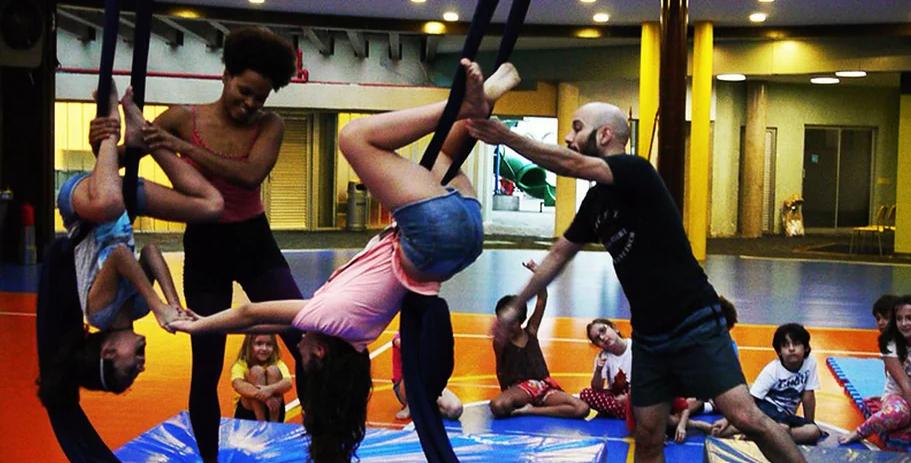 Aulas de circo na colônia do Centro de Movimento Deborah Colker (Foto: Reprodução / Site)