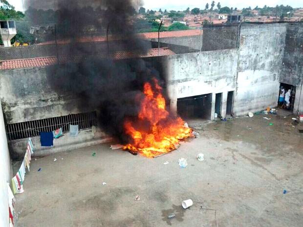 Colchões e lençóis foram incendiados durante a rebelião no Raimundo Nonato (Foto: Divulgação/Polícia Militar do RN)