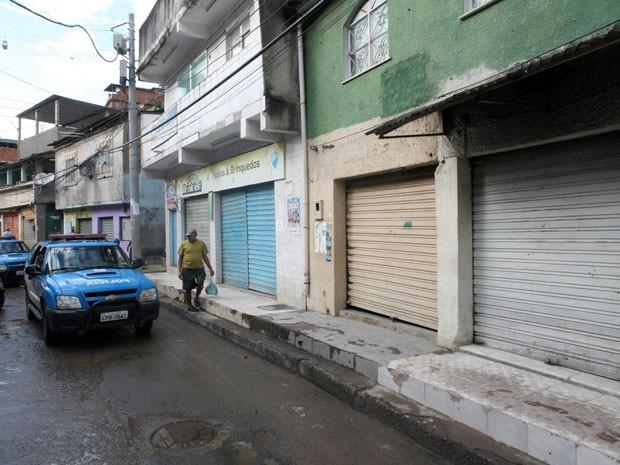 Comércio amanheceu fechado após morte de traficante na noite de quarta (22) (Foto: Guilherme Pinto / Agência O Globo)