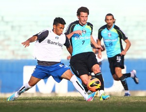 Elano disputa lance em treino do Grêmio (Foto: Lucas Uebel/Grêmio FBPA)