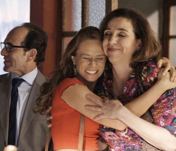 Tancinha é convencida por Beto e decide montar a cantina em frente ao Grand Bazzar (Foto: TV Globo)