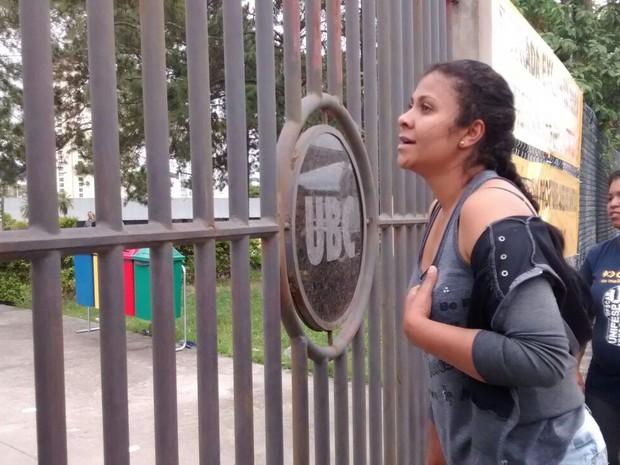 ENEM 2015 - SÁBADO (24) - MOGI DAS CRUZES - Graziele perdeu o Enem em Mogi das Cruzes por causa de um minuto de atraso. (Foto: Fernanda Ribeiro/G1)