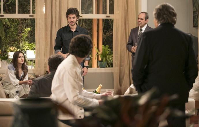 Pedro enfrenta a família na frente de todos os presentes (Foto: Raphael Dias/Gshow)