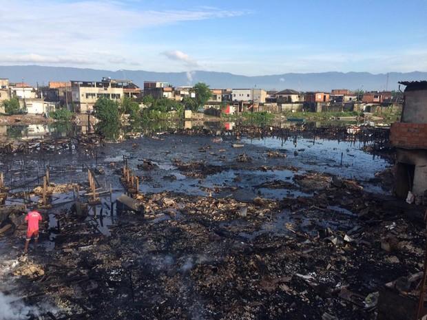 Incêndio destroi cerca de 200 barracos em Santos (Foto: Solange Freitas/TV Tribuna)