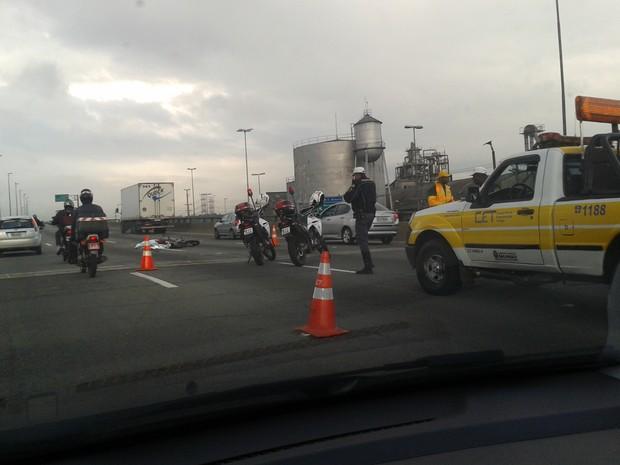 Colisão entre caminhão e moto causa uma morte na Marginal Tietê, perto do acesso ao Cebolão (Foto: Paulo Guilherme/G1)