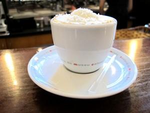 Café com coco também integra o cardápio do museu (Foto: Mariane Rossi/G1)