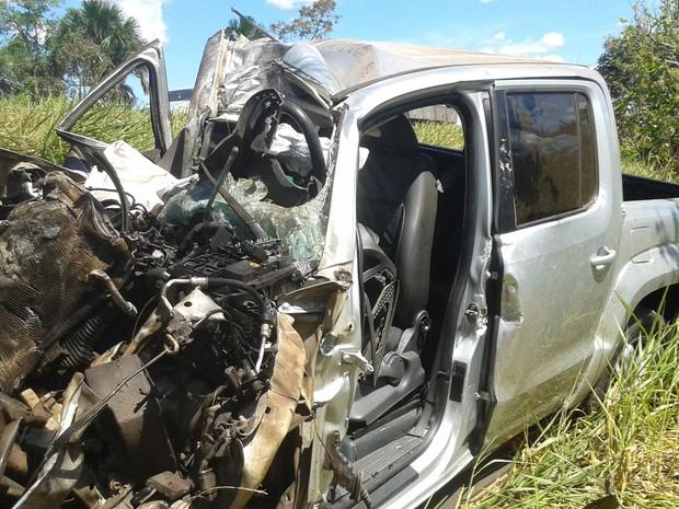 Camionete ficou destruída após acidente na BR-153, no norte do Tocantins (Foto: Lucas Ferreira/TV Anhanguera)