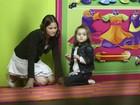 Luiza Valdetaro brinca com a filha em shopping no Rio