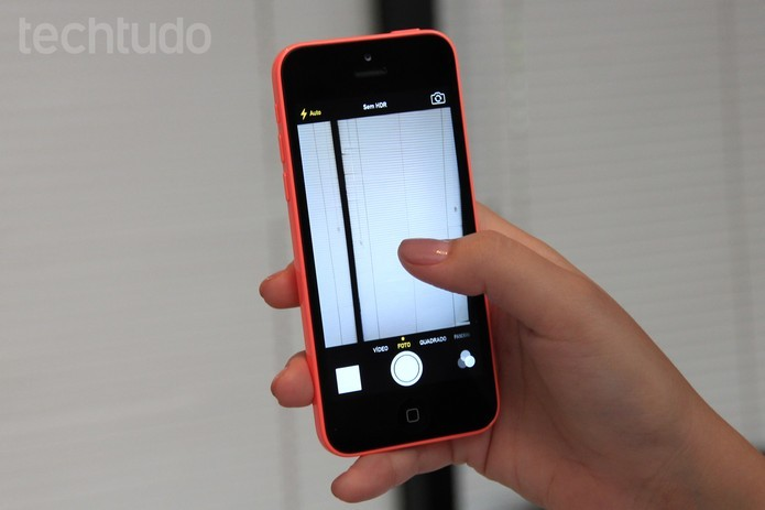iPhone 5C vem com câmera traseira de 8 megapixels e frontal de 1,2 MP (Foto: Isadora Díaz/TechTudo)