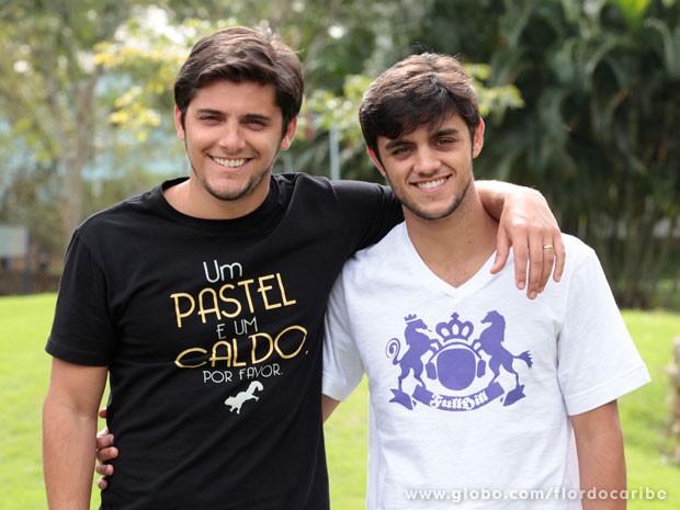 Felipe Simas grava participação em Flor do Caribe ao lado de Bruno Gissoni (Foto: Flor do Caribe / TV Globo)