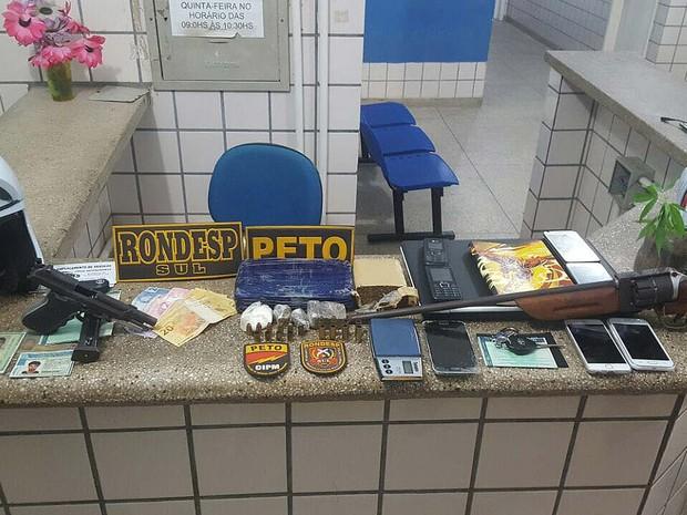 Drogas, armas, celulares e outros objetos encontrados na casa dos suspeitos na Bahia (Foto: Rafael Vedra/ Liberdade News)