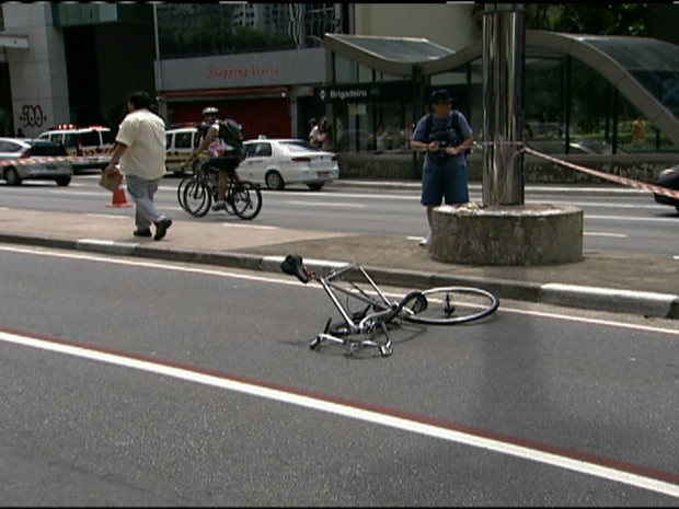 Ciclista &#233; atropelado na Avenida Paulista (Foto: Rede Globo)
