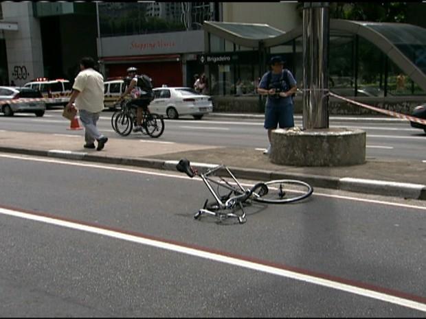 Ciclista é atropelado na Avenida Paulista (Foto: Rede Globo)