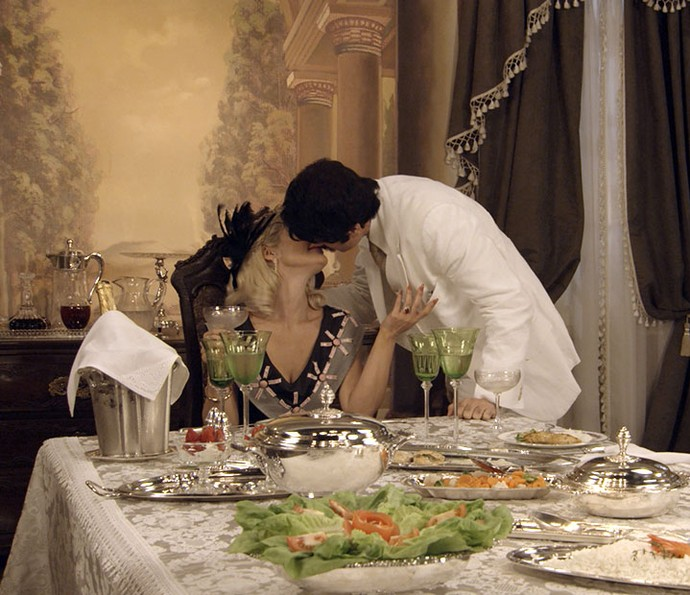 Sandra e Ernesto jantam pela primeira vez na mansão após golpe (Foto: TV Globo)