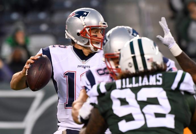 Tim Brady arma o lançamento na vitória sobre o New York Jets (Foto: Reuters)
