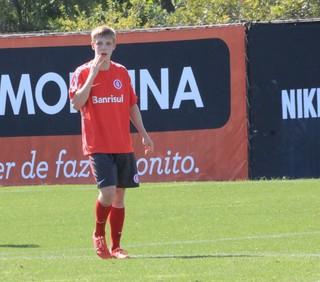 Garoto Milla foi a novidade do treinamento do Inter (Foto: Tomás Hammes / GloboEsporte.com)