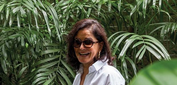 Gloria Kalil posa no jardim da sua casa de fim de semana. São Paulo (cid.) - Brasil. 06/03/2015. Foto: Tuca Reinés / Edições Globo Condé Nast. (Foto: Editora Globo)