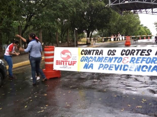 Trabalhadores seguram faixas na entrada do campus da UFMT de Cuiabá (Foto: Assessoria/ Sintuf-MT)