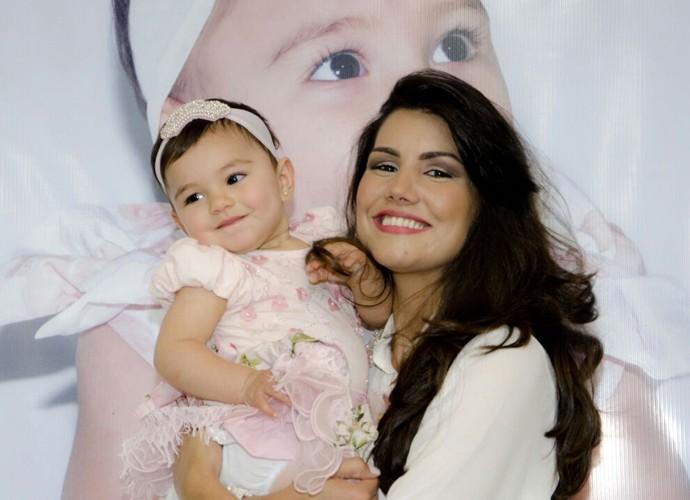 Mariana, que está grávida pela segunda vez, não esconde a alegria ao lado da filha (Foto: Arquivo Pessoal)