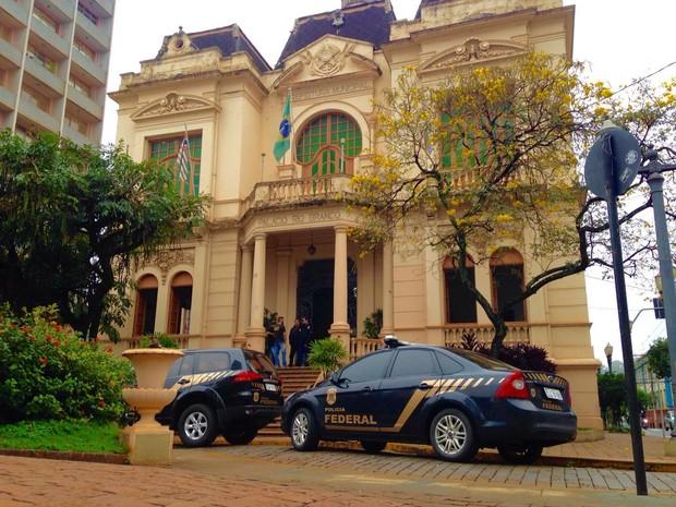 Polícia Federal faz operação no Palácio Rio Branco, sede da Prefeitura de Ribeirão Preto, SP (Foto: Marcos Felipe/EPTV)