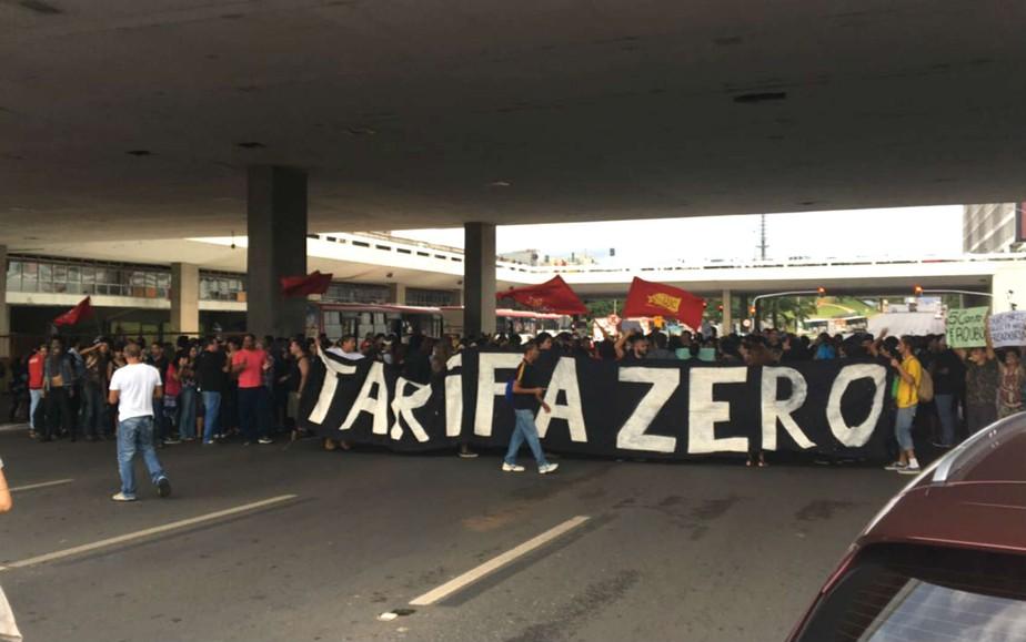 Grupo faz ato contra alta nas passagens na rodoviária do Plano, em Brasília