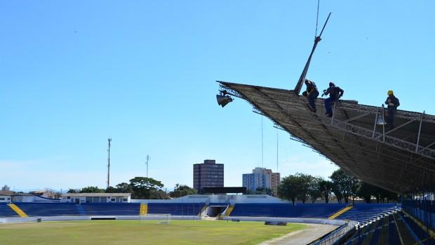 Reforma no estádio Martins Pereira, em São José dos Campos (Foto: Danilo Sardinha/Globoesporte.com)